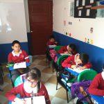 Niños recibiendo clase
